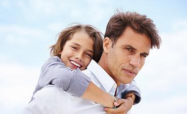 Padre e hijos tras la prueba de paternidad