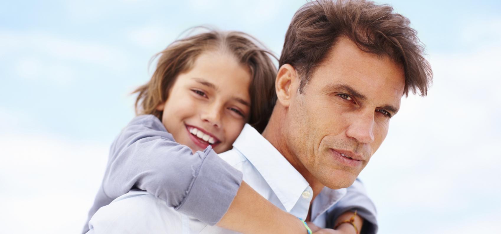 Padre e hijo tras hacerse aprueba de paternidad en la Clínica EMECE